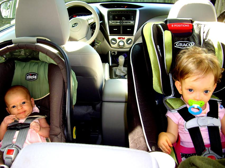 ילדים בכסאות בטיחות נגד כיוון הנסיעה