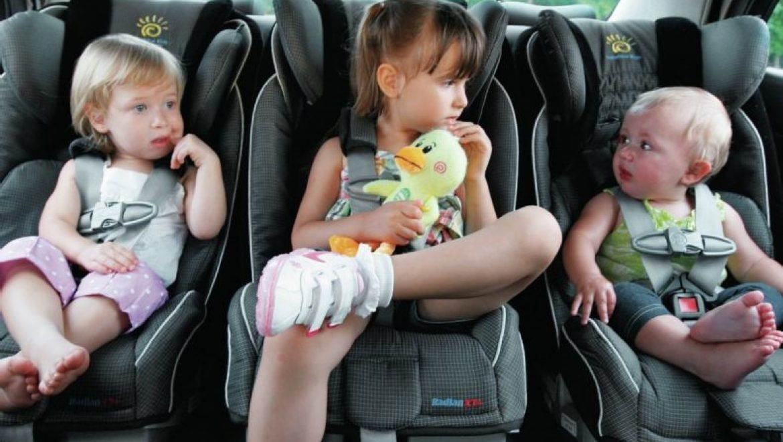 4 כסאות בטיחות וסלקל אחד למושב אחורי צפוף